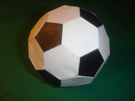 Сегодня мы расскажем и покажем вам, как сделать оригами футбольный мяч по схеме Марка Леонардо.