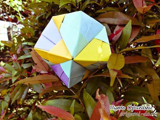 В этом объемном оригами октаэдре используются слегка видоизменённый модуль, который придает поделке дополнительные...