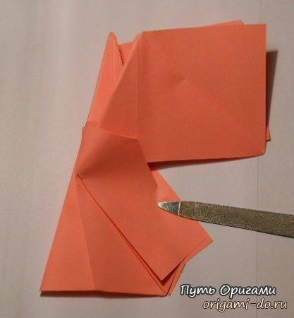 Опираясь на рисунок, складываем гармошкой крыло.